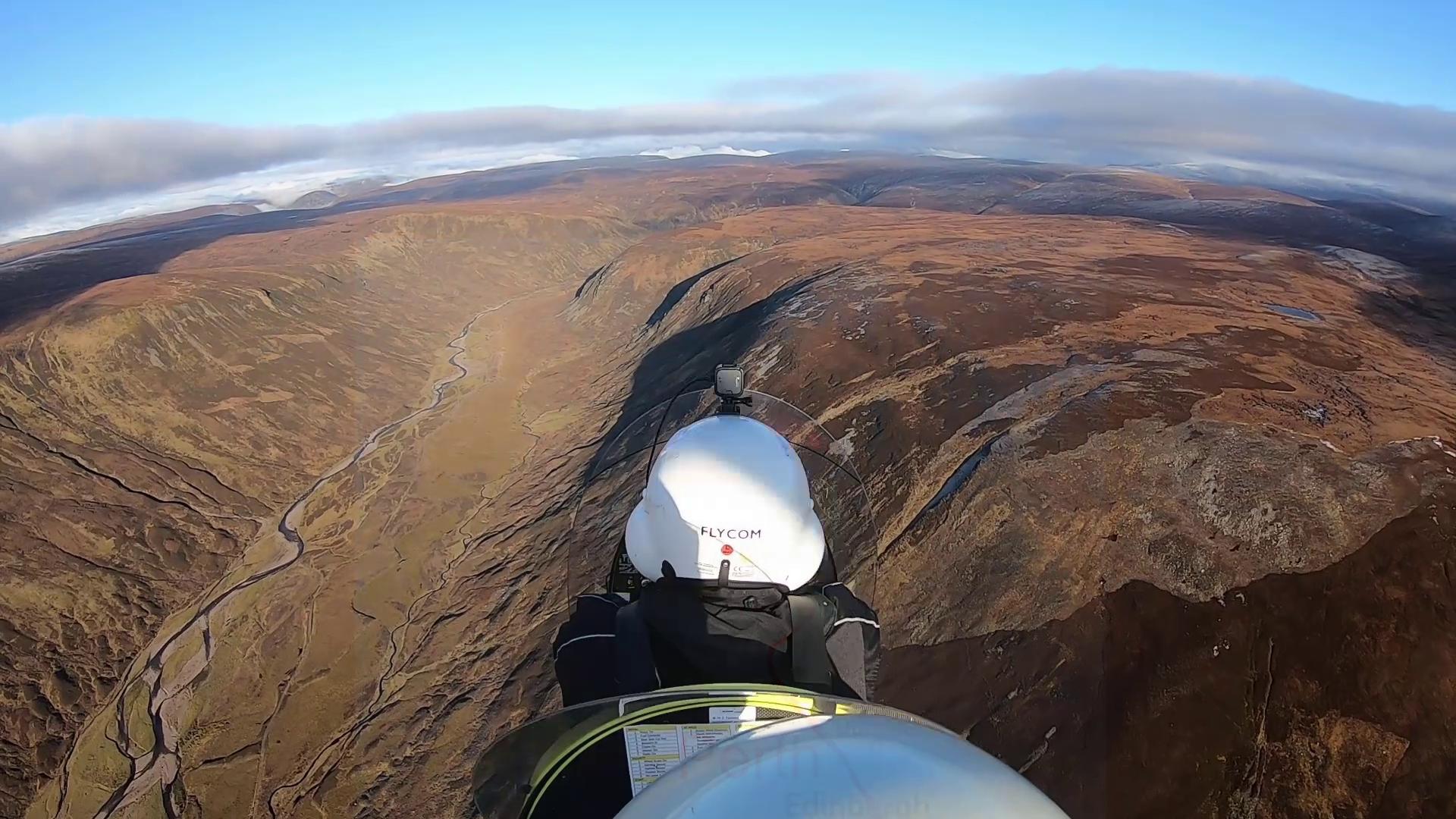 Zwei Gyroplanes landen auf dem Feld einer winzigen Klosterinsel in Orkney
