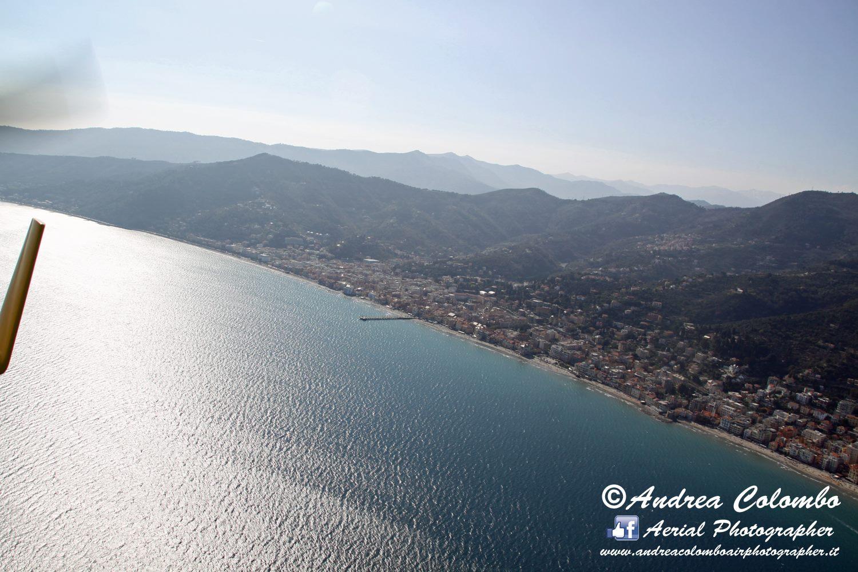 Im Flug über die Ponente Küste von (Ligurien)